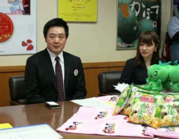 カボスを使った新商品の説明をするカルビー西日本事業本部の臼井大二マーケティング担当部長(左)=18日、県庁