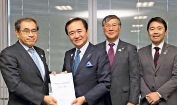 JR東日本の深沢社長(左)に「村岡新駅」設置を要望する黒岩知事ら=都内のJR東日本本社