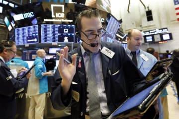 ニューヨーク証券取引所のトレーダーたち=18日(AP=共同)