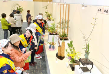 水仙の美しさを引き出した生け花が並ぶ会場=1月18日、福井新聞社・風の森ギャラリー