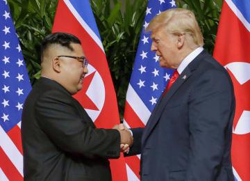 2018年6月、会談の冒頭で握手する北朝鮮の金正恩朝鮮労働党委員長(左)とトランプ米大統領=シンガポール(AP=共同)