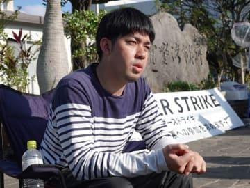 「投票権を奪うことは人権侵害だ」と訴える元山仁士郞さん=18日、宜野湾市役所前