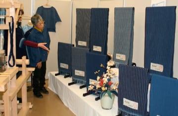 【受講生が織り上げた一反の松阪木綿=松阪市本町の市産業振興センターで】