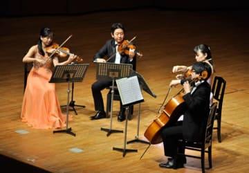 【奥村さん(左端)らによる弦楽四重奏=津市一身田上津部田の県総合文化センターで】