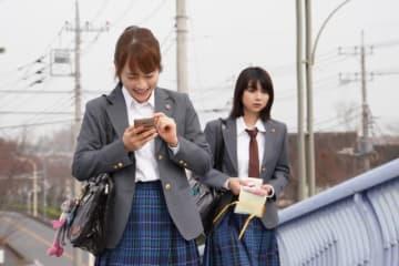 「3年A組-今から皆さんは、人質です-」第2話より。川栄李奈(左)と上白石萌歌(右) - (C)日本テレビ