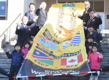 釜石市役所に設置するW杯釜石開催のPR用懸垂幕