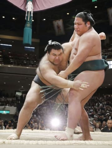 錦木(右)が寄り切りで高安に敗れる=両国国技館