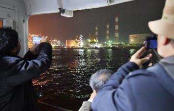 遊覧船からは鹿島石油などの工場夜景が広がる=16日、鹿島港内、菊地克仁撮影
