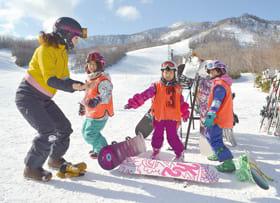 スノーボードの基本姿勢を教わる子どもたち