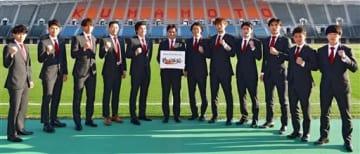 ロアッソ熊本の新加入選手ら。中央は渋谷洋樹監督=えがお健康スタジアム(小野宏明)