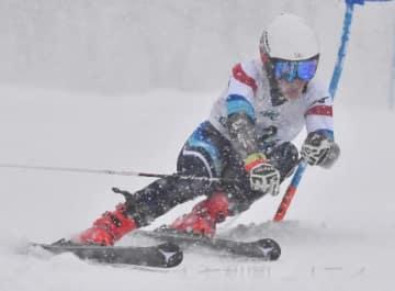 少年男子大回転 軟らかい雪に対応し、初優勝を飾った中村(沼田高)=ホワイトワールド尾瀬岩鞍