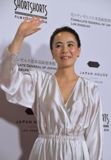 17日、米ロサンゼルスのハリウッドで開かれた国際短編映画祭のイベントで、手を振る映画監督の河瀬直美さん(共同)