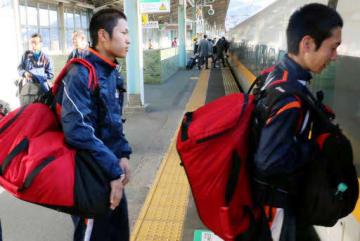 JR新山口駅から新幹線に乗り込む選手たち