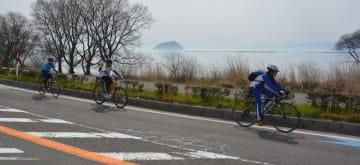 琵琶湖の風景を楽しみながらビワイチに挑戦する人たち(滋賀県長浜市湖北町)