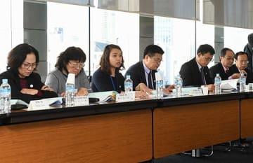 ベトナムの弁護士を取り巻く状況を説明するズン弁護士(左から3人目)=18日、大阪市北区の大阪弁護士会館