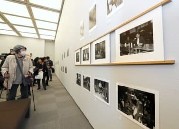 中山間地域の人々の暮らしぶりを知ることができる企画展=18日、長岡市の県立歴史博物館