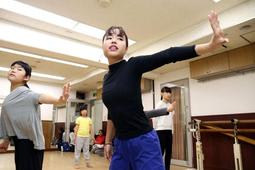 子どもたちにダンスを教える時田美潮さん=東京都調布市西つつじケ丘、飛鳥ダンススクール(撮影・風斗雅博)
