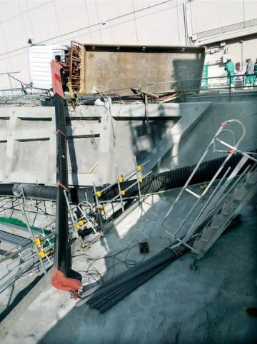 四国電力伊方原発の敷地内で横転したクレーン付きトラック=18日、愛媛県伊方町(四国電力提供)