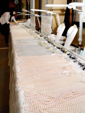 県産真珠のネックレスなど約3000点が並ぶフォーマルパールフェア=18日午前、松山市二番町4丁目