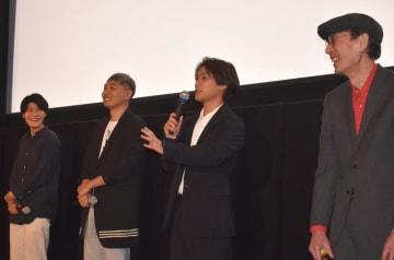 映画について語る柳楽さん(右から2人目)ら関係者=18日、旭市のサンモールシネマ