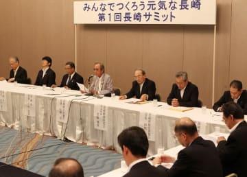 産学官のトップ7者による「長崎サミット」。終了後に全員が記者会見し、長崎地域の経済浮揚で連携していくことを初めて打ち出した=長崎市大黒町、ホテルニュー長崎