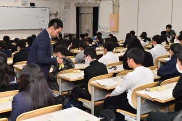 試験にのぞむ受験生=19日午前、西原町・琉球大学