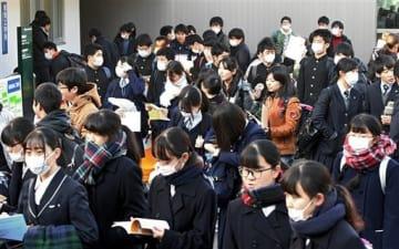 試験会場に向かう受験生ら=19日午前、熊本市の熊本大(上杉勇太)