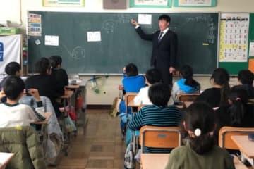 5年生児童に向けて授業を行った西武・南川忠亮【写真提供:埼玉西武ライオンズ】
