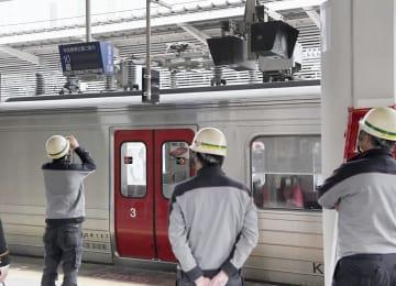 6両目上方で火花が発生した普通電車=19日午後0時46分、JR博多駅