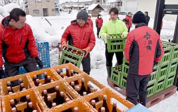 新酒、天然の「保冷庫」に 東根・六歌仙で雪中熟成作業