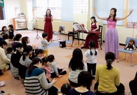 歌とピアノで親子を楽しませた大谷代表(右)ら