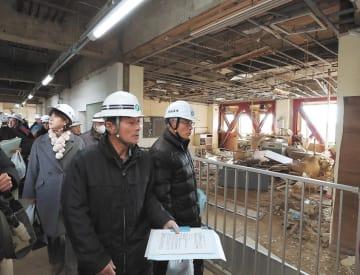 南校舎1階を視察する地域住民。被災時の教室が手つかずで保存されている