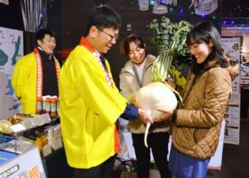 「鹿児島市ふるさと市」で開かれた桜島大根の重量当てクイズ=鹿児島市のかごっまふるさと屋台村