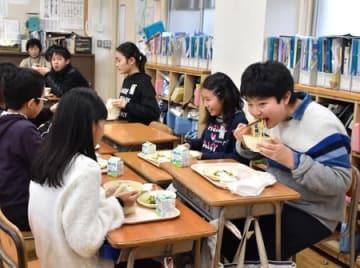 「五十六カレー汁」を味わう児童=17日、長岡市の新町小