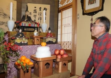 丸小鮮魚店の天神さま。鏡もちや干し柿などを供えている=柏崎市西本町