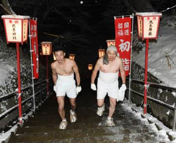 約32キロを歩き花巻神社の石段を上る佐々木孝さん(右)と高橋秀信さん