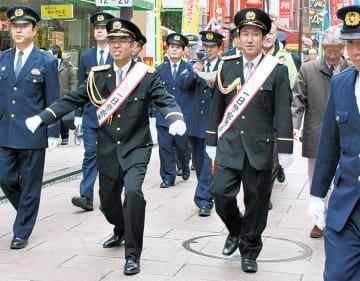 高木さん(中央左)と池谷さん(中央右)を先頭に中華街を巡回