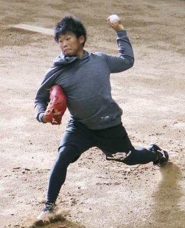 ブルペンで投球練習する巨人・田口=川崎市のジャイアンツ球場