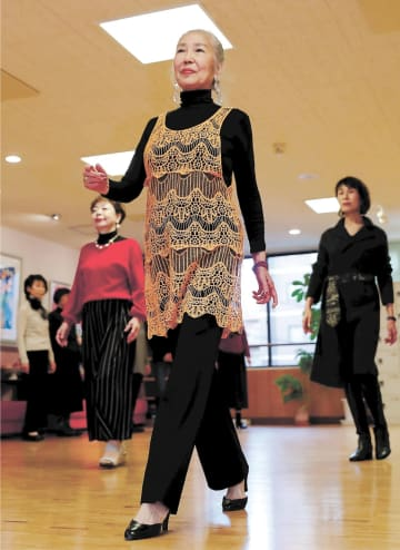 はつらつとした様子でウオーキングの指導をする金沢さん(中央)=仙台市青葉区のスタジオ