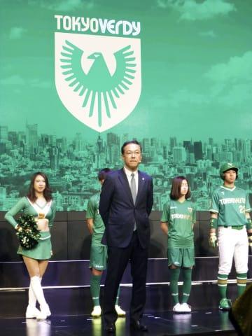 新体制発表の記者会見をするJ2東京Vの羽生社長(手前)=19日、東京都内