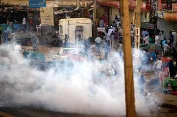 スーダンの首都ハルツーム郊外で、反政府デモに向けて発射された催涙ガス=15日(ロイター=共同)
