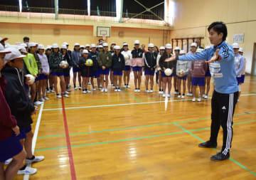 夢を諦めないことの大切さについて講演し、児童らとプレーを楽しんだ松元さん(右)