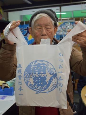 近海カツオ一本釣り漁獲量日本一をアピールするレジ袋