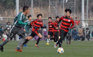 今季初の練習試合に臨む宮吉(右)らサンガの選手たち=東城陽グラウンド