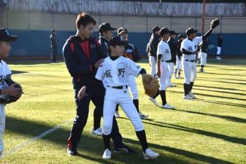 子どもたちを指導する武田投手(中央)