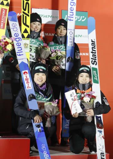 女子団体で3位となり、表彰台で笑顔の(前列左から時計回りに)伊藤有希、勢藤優花、岩渕香里、高梨沙羅=クラレ蔵王シャンツェ