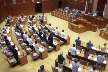 米軍普天間飛行場移設地の賛否を問う県民投票条例案が可決、成立した沖縄県議会=10月26日