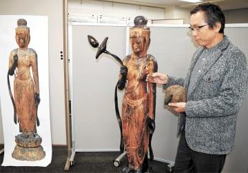 3D技術で再現された観音菩薩像について説明する中島教授