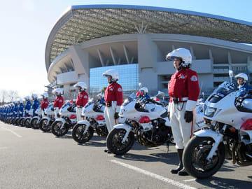 視閲式の開会に合わせ整列した白バイ隊=19日午後、さいたま市緑区の埼玉スタジアム東駐車場