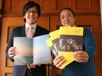 完成した冊子をPRする後藤さん(右)と原田さん=日田市三本松